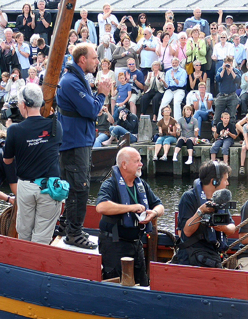 Skipper Carsten Hvid (stående) dirigerer Havhingsten gennem Hollænderbroen, Foto: Ib Henrichsen