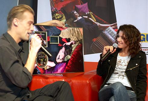 Thomas overrækker guldpladen for albummet