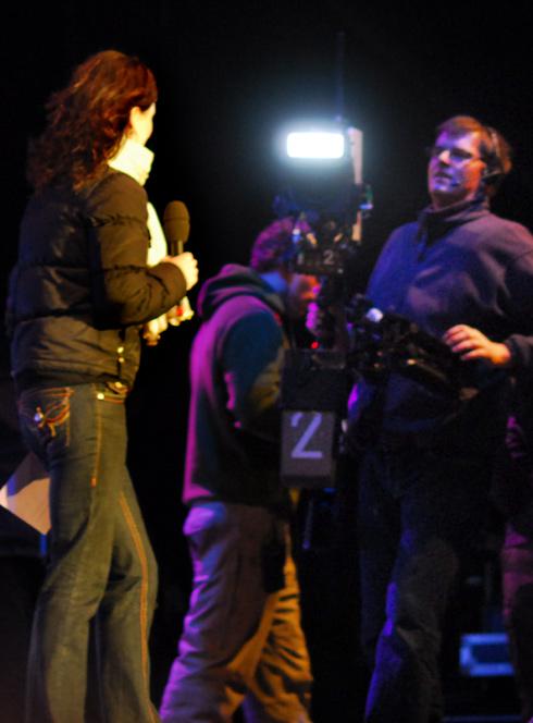 Aftenshowets Sisse Fisker laver stemnings-rapport fra scenen til seerne hjemme i stuen